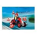 Niño con coche de carreras playmobil
